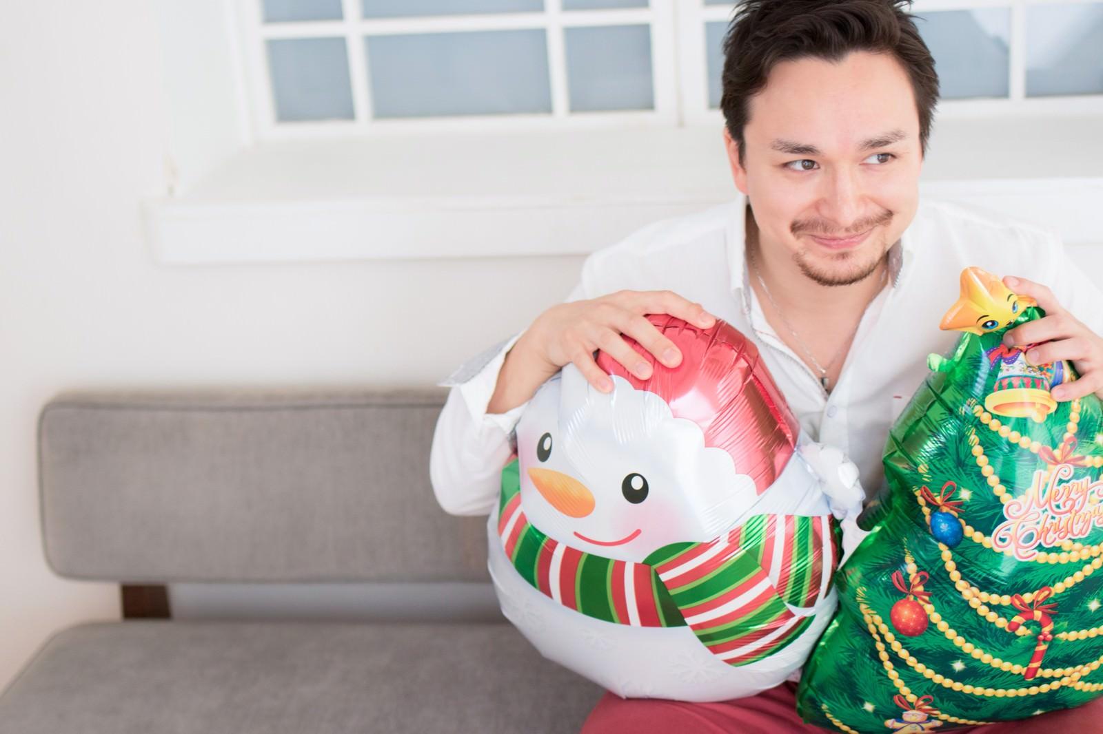 「クリスマスグッズを準備して、ガールフレンドが来るのをワクワクしながら待つハーフ」の写真[モデル:Max_Ezaki]