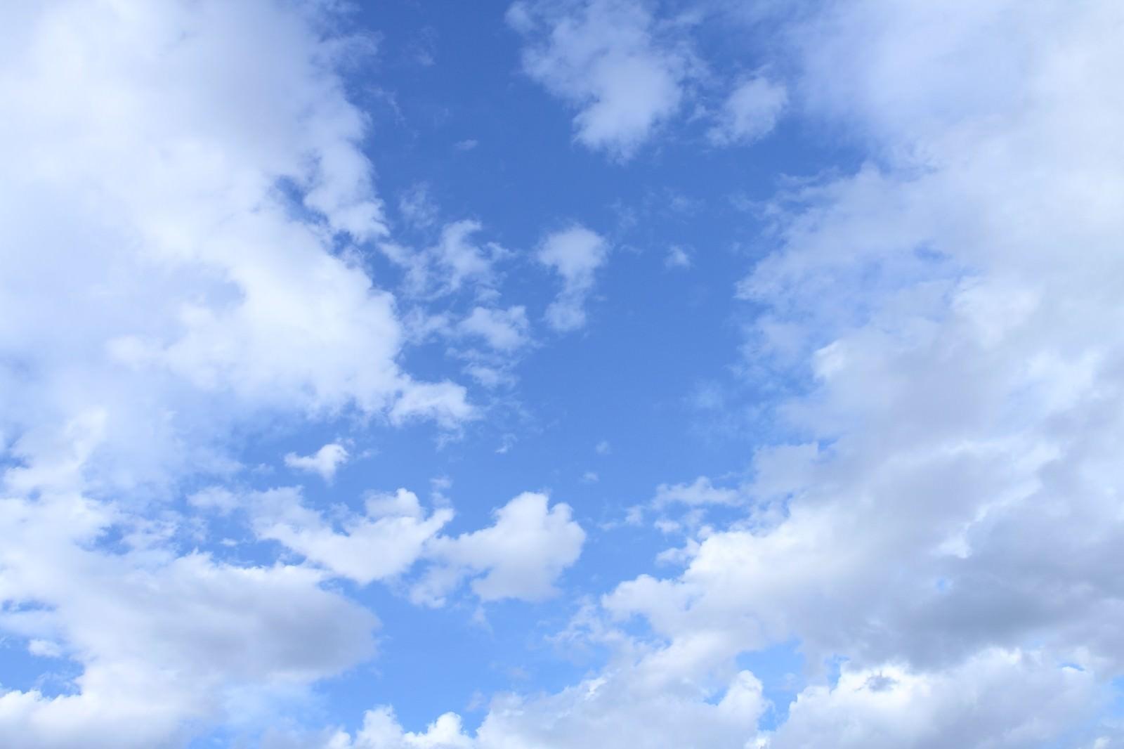 「青空と雲・今日もいい天気」の写真