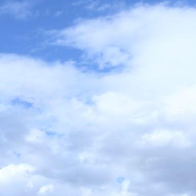 「青空と雲そしてわたあめが食べたくなった日」の写真素材