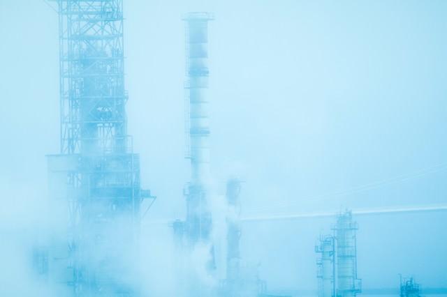 霧と工場の写真