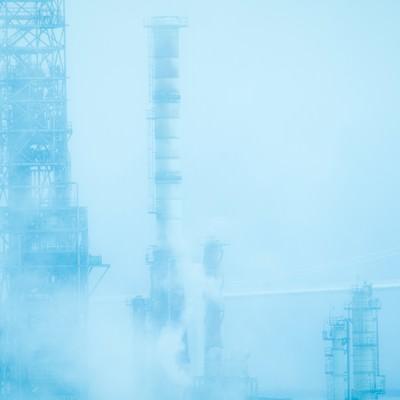「霧と工場」の写真素材