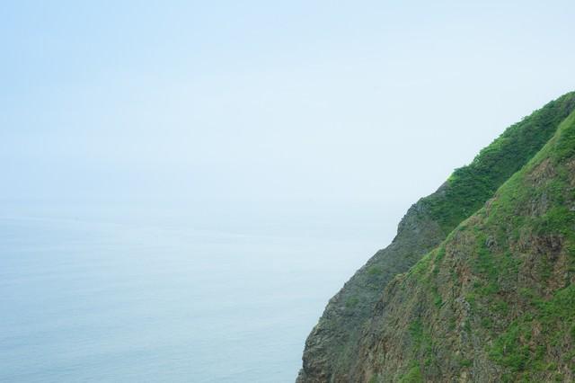 緑の島と海の写真