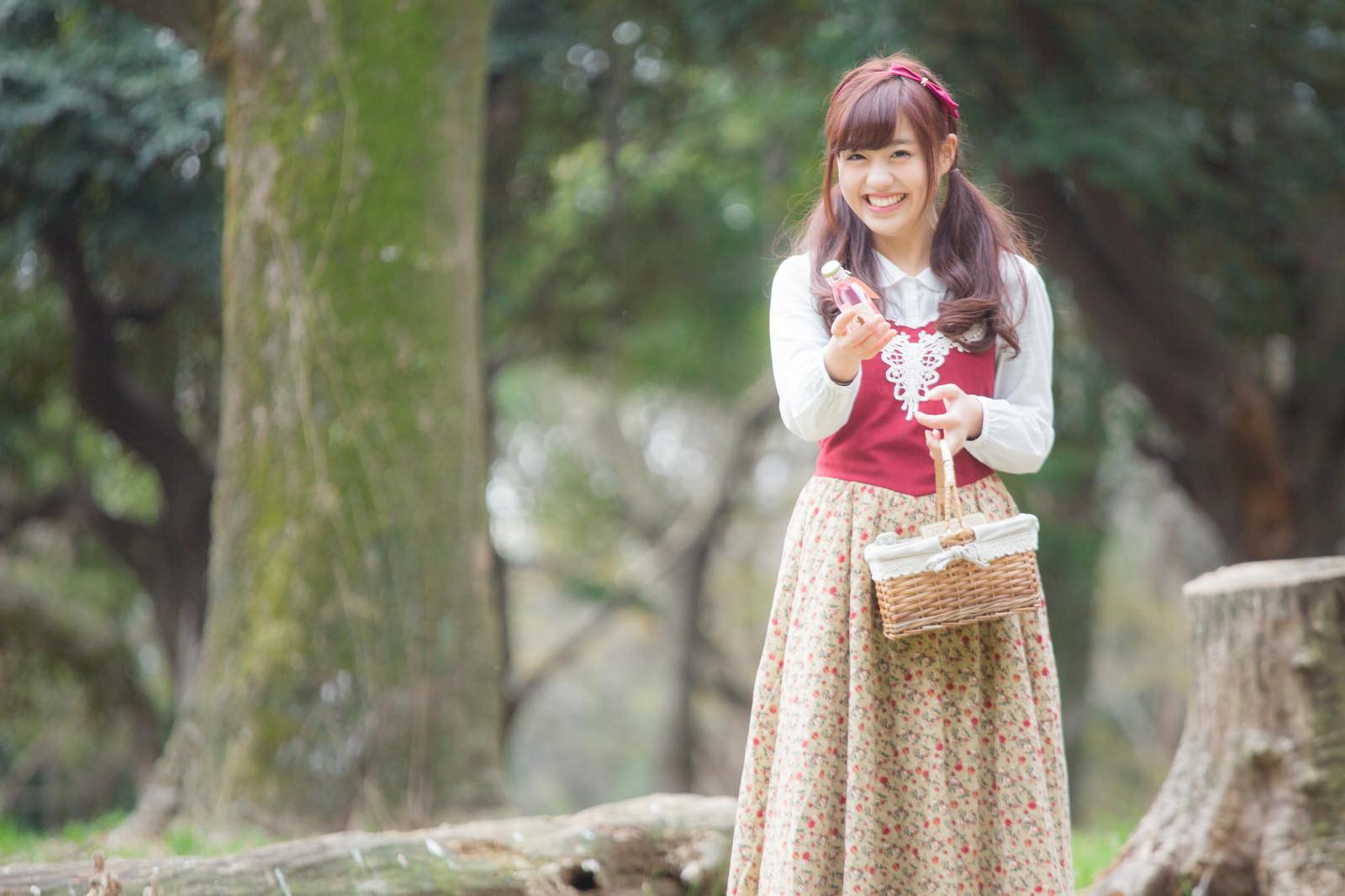 「森で小瓶を売る少女」の写真[モデル:河村友歌]