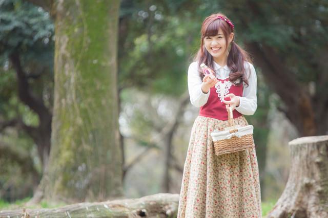 森で小瓶を売る少女の写真