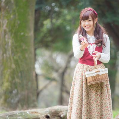 「森で小瓶を売る少女」の写真素材