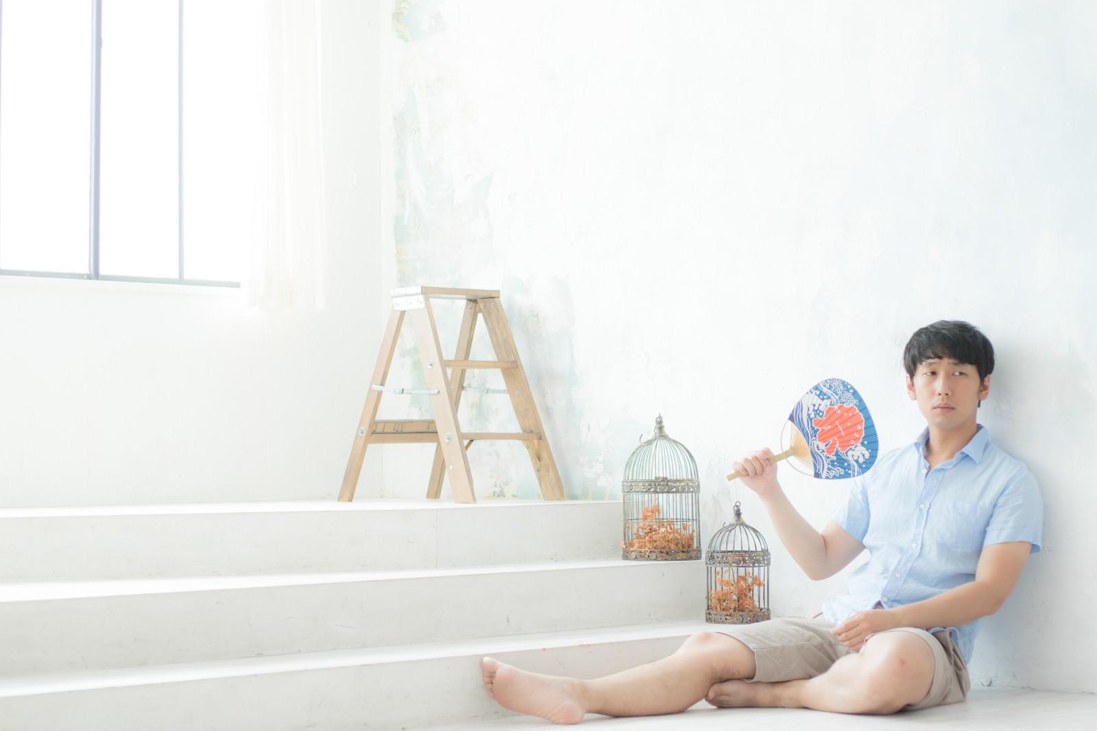 「夏祭りに誘われず部屋でボッチ」の写真[モデル:大川竜弥]