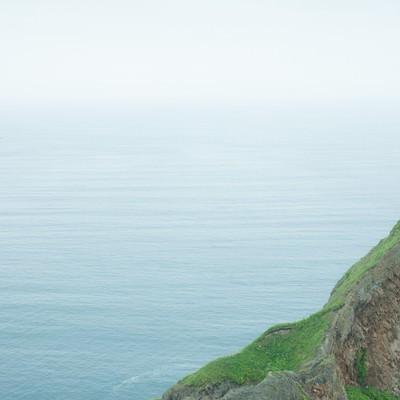 「静かな湖畔の岩の影から」の写真素材