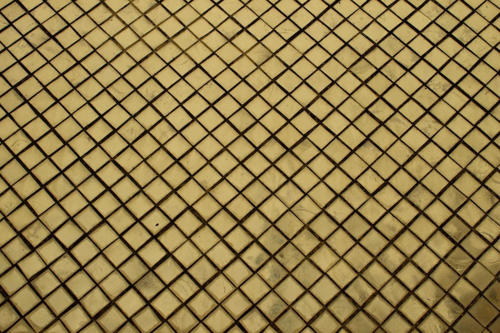 「汚れた黄色いタイル」の写真