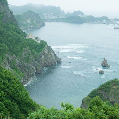 「森に囲まれた島」の写真素材