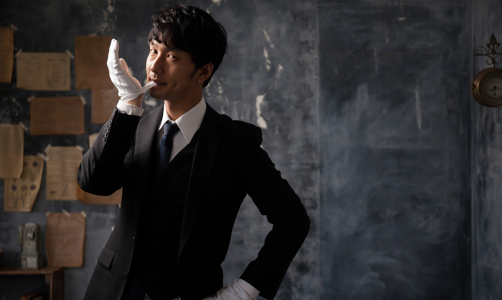 「執事が雇えず悔しくて手袋を噛みしめる庶民」の写真[モデル:大川竜弥]
