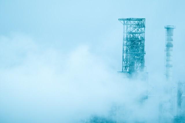 霧に包まれた工場の写真