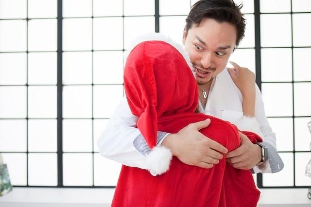 「サンタクロース(♀)を抱きしめる鼻息が荒いドイツ人ハーフ」のフリー写真素材
