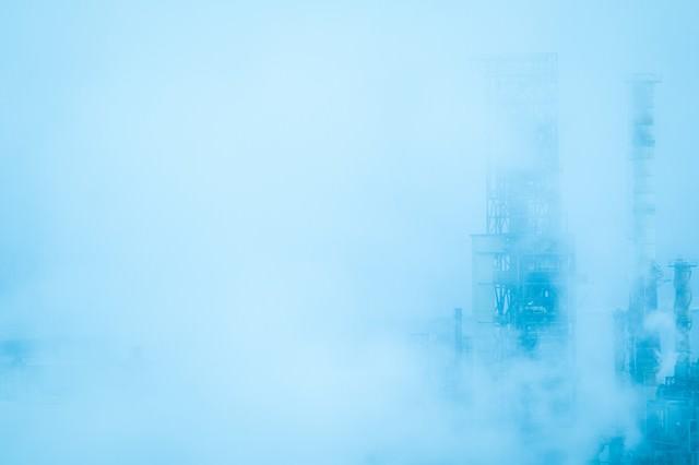 靄の中の工場の写真
