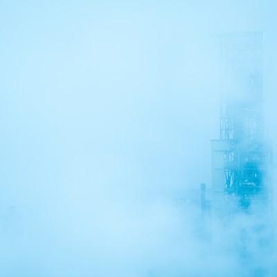 「靄の中の工場」の写真素材