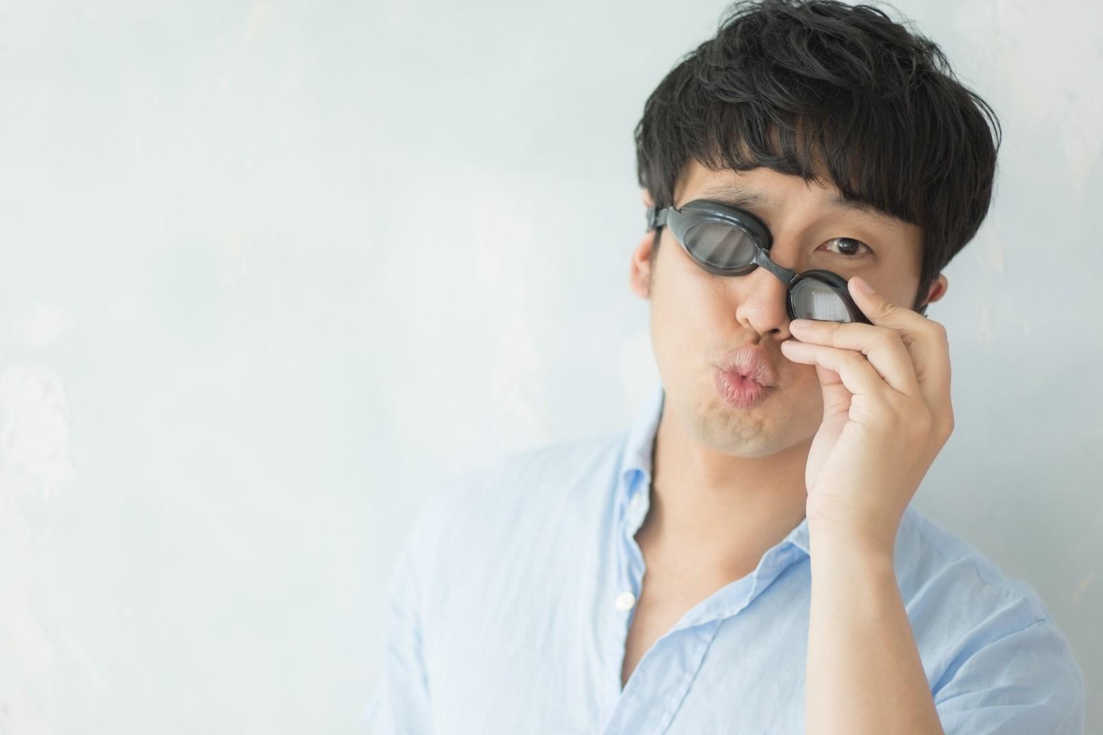 「プールにやたらと誘ってくる広告営業マン」の写真[モデル:大川竜弥]