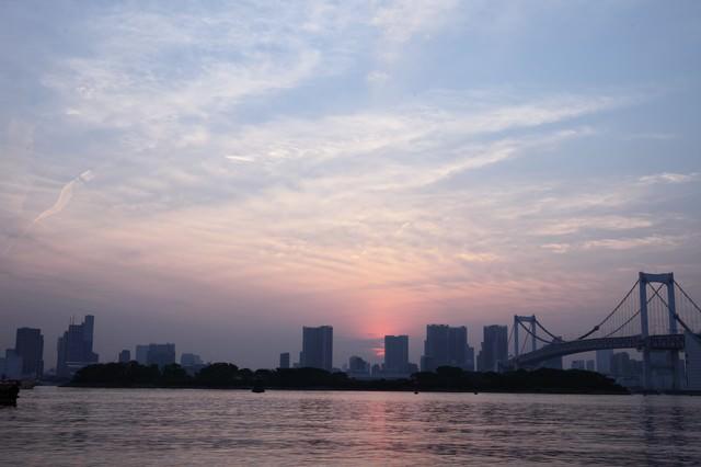 夕焼けの東京お台場レインボーブリッジ周辺の写真