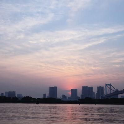 「夕焼けの東京お台場レインボーブリッジ周辺」の写真素材