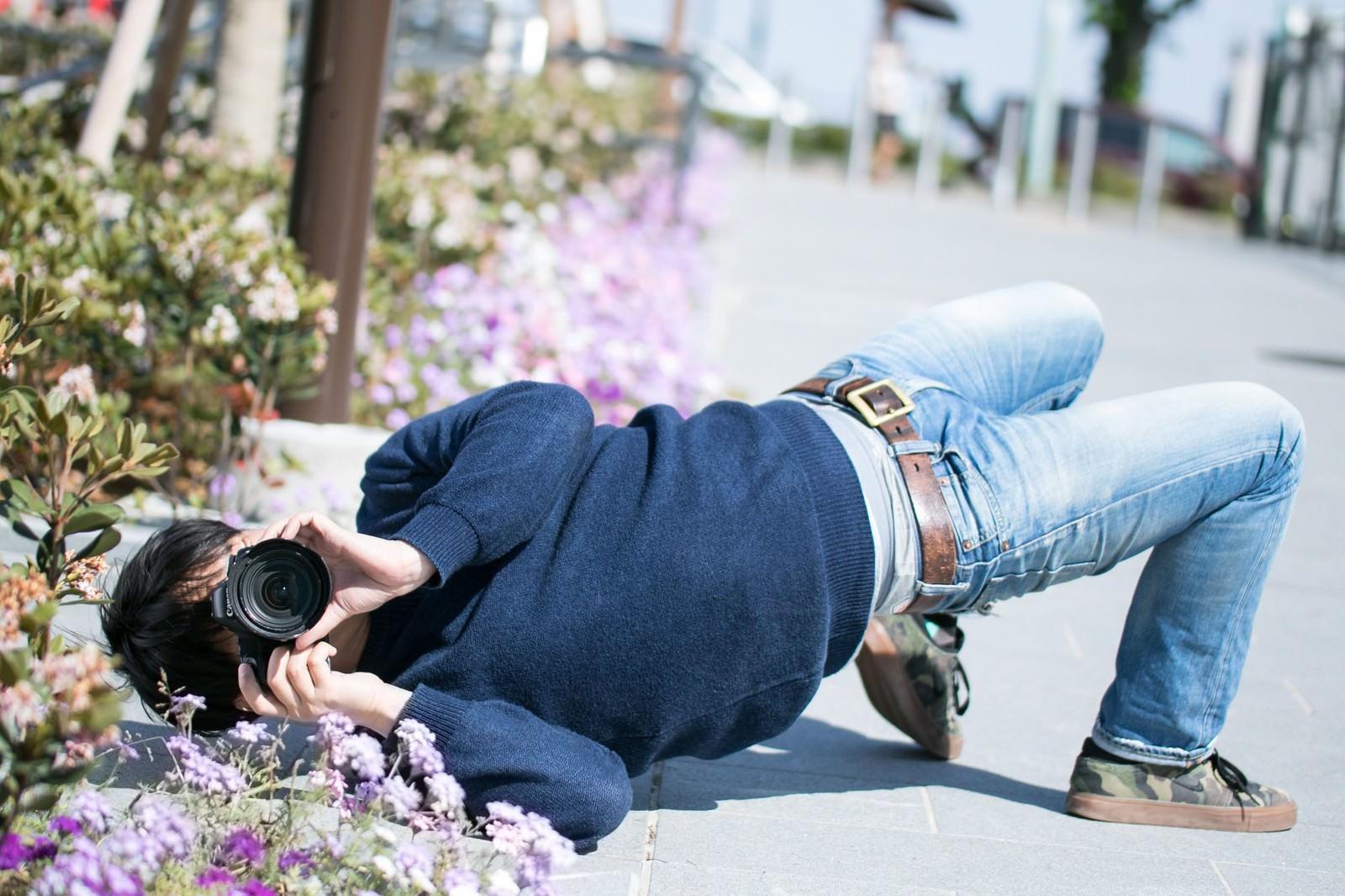 「撮影に集中するとイナバウアーを披露するクセがあるカメコ」の写真[モデル:大川竜弥]