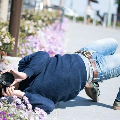「撮影に集中するとイナバウアーを披露するクセがあるカメコ」の写真素材