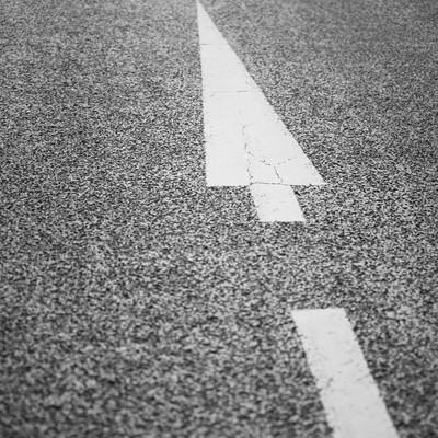 「行き先を示す暗示する道路」の写真素材