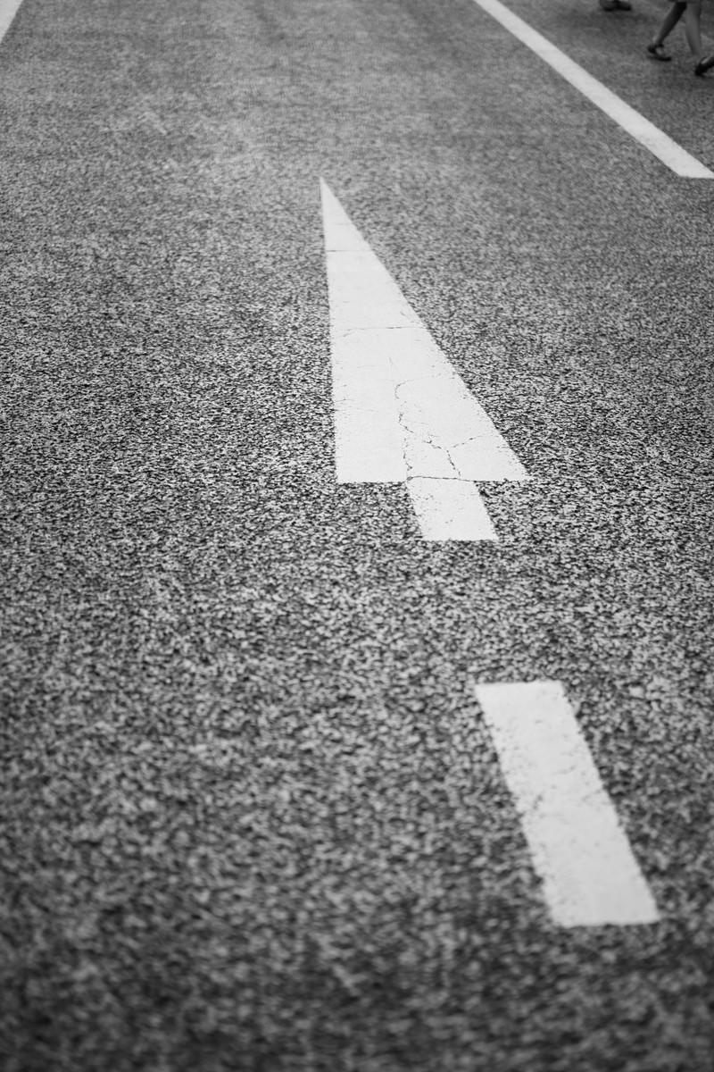「行き先を示す暗示する道路」の写真