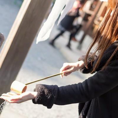 「神社で手水をする女性」の写真素材