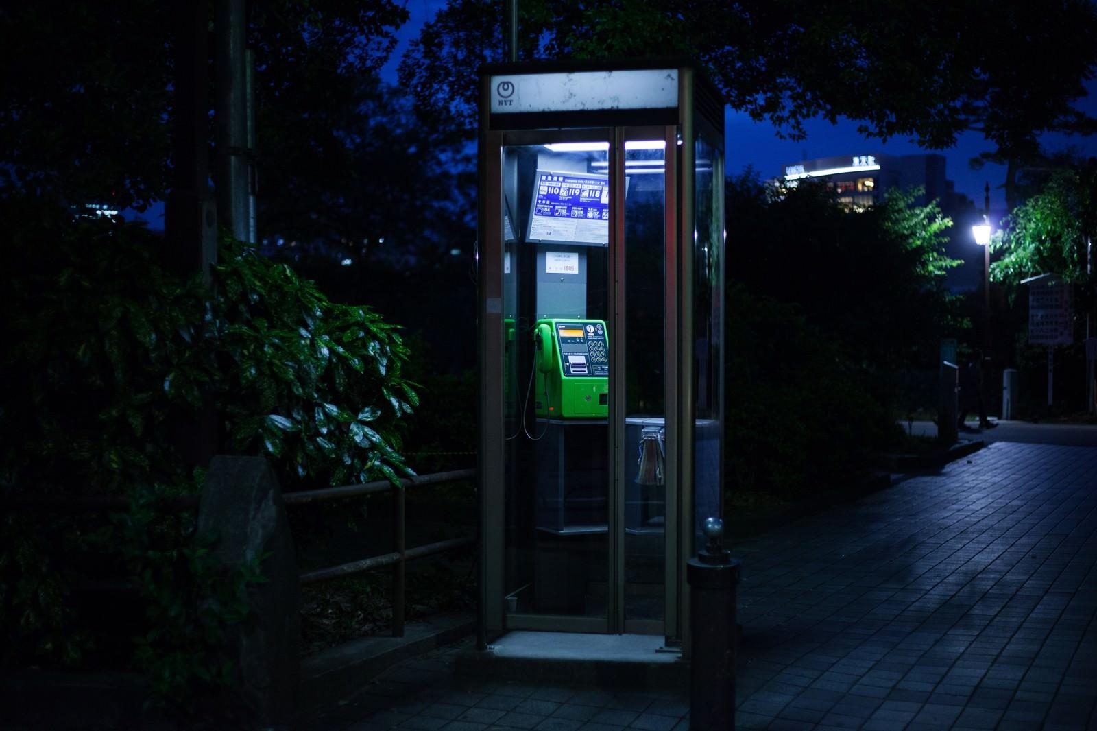 「怪談に出てきそうな公衆電話怪談に出てきそうな公衆電話」のフリー写真素材を拡大