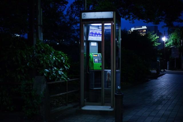 怪談に出てきそうな公衆電話の写真