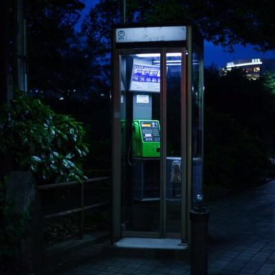 「怪談に出てきそうな公衆電話」の写真素材