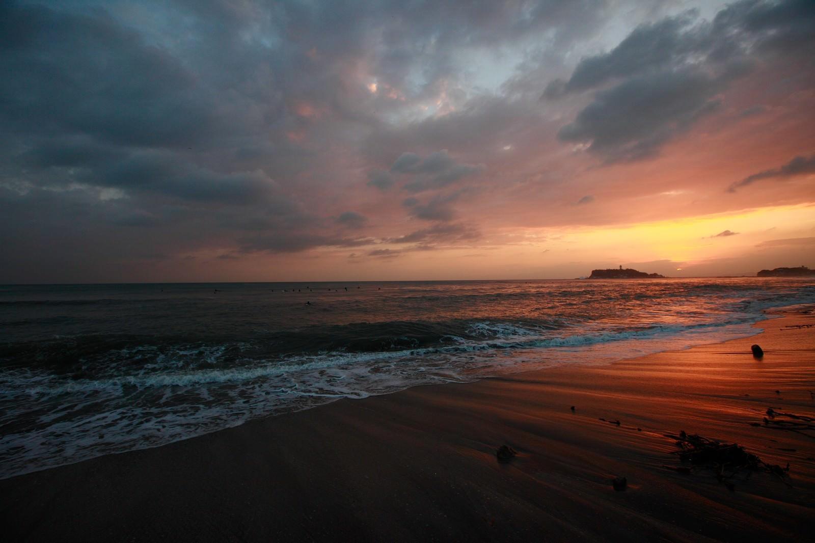 「世界が終わるかの様な怪しい夕焼けの江ノ島世界が終わるかの様な怪しい夕焼けの江ノ島」のフリー写真素材を拡大