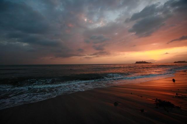 世界が終わるかの様な怪しい夕焼けの江ノ島の写真