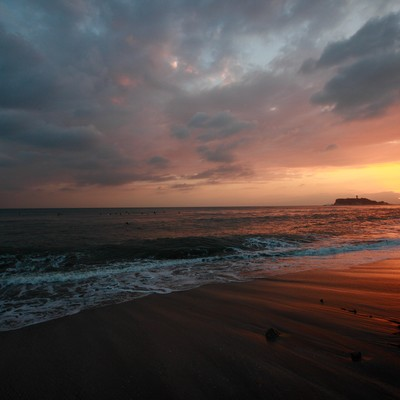 「世界が終わるかの様な怪しい夕焼けの江ノ島」の写真素材