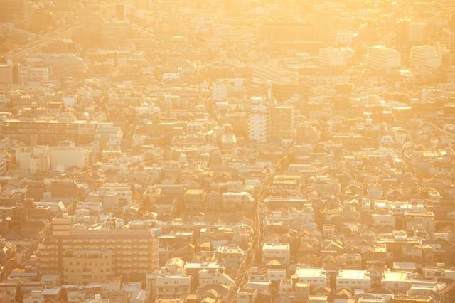 夕焼けに染まる東京住宅街の写真