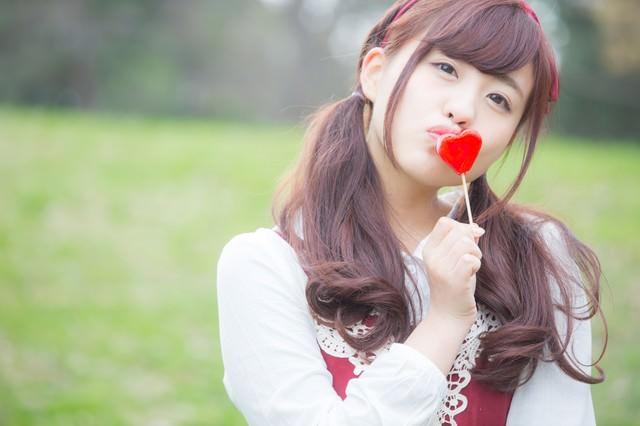 ハートにキスする女の子の写真