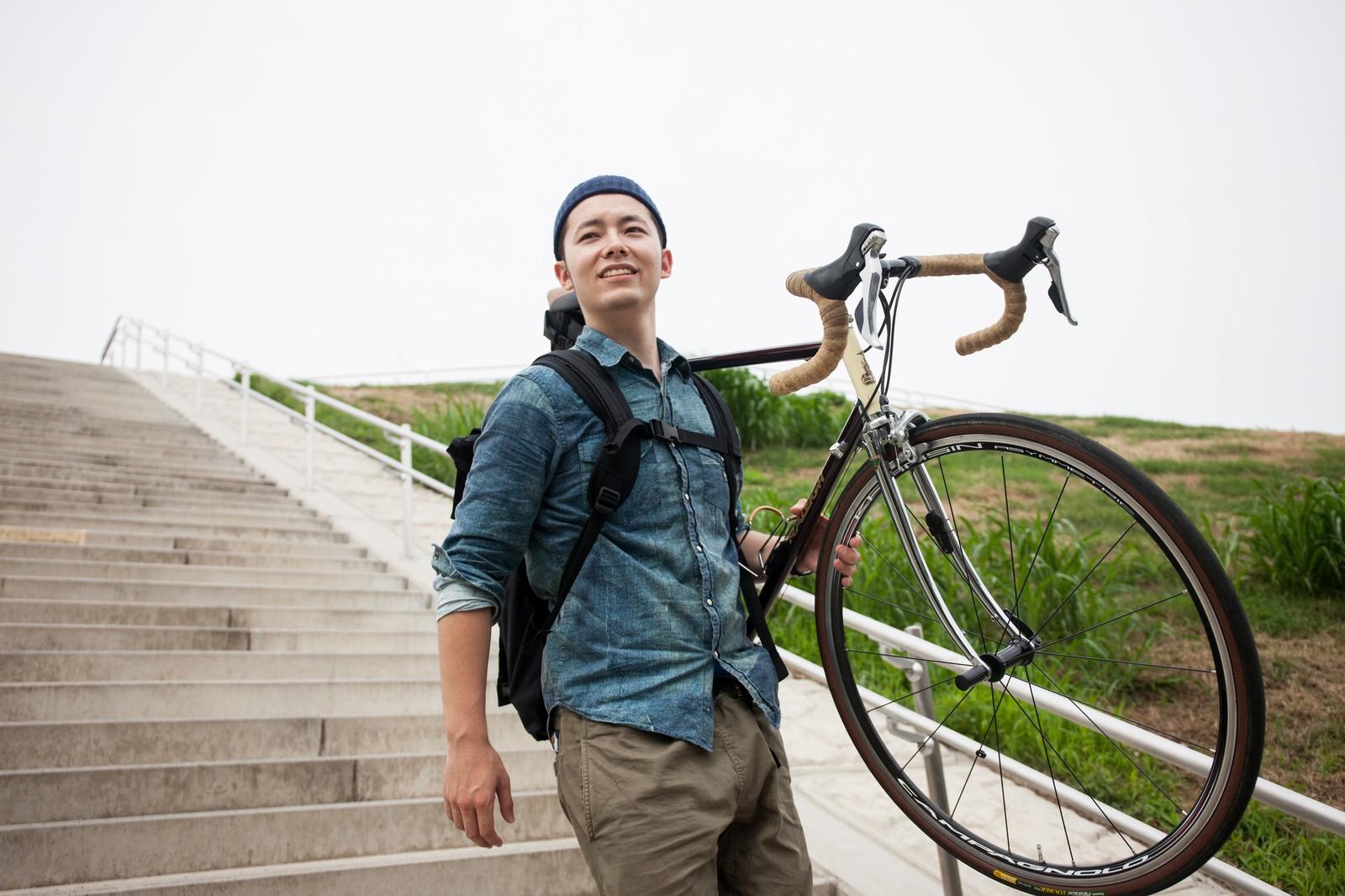 「ロードバイクを大事に運ぶ自転車男子ロードバイクを大事に運ぶ自転車男子」[モデル:けんたさん]のフリー写真素材を拡大