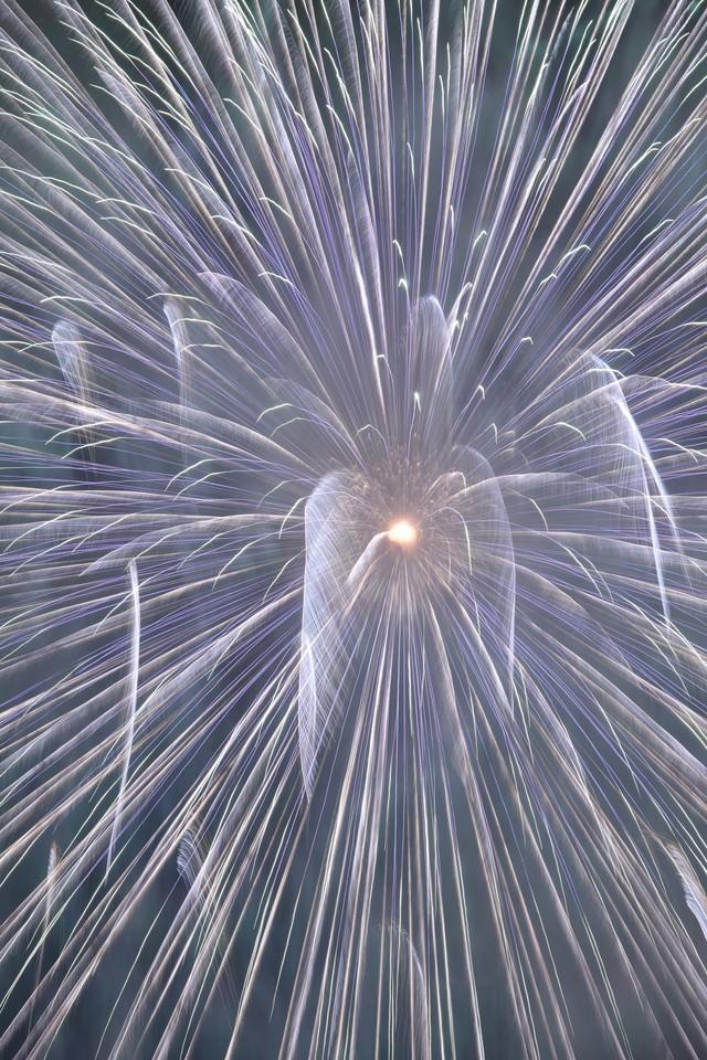 宇宙へと誘うかのような花火の写真