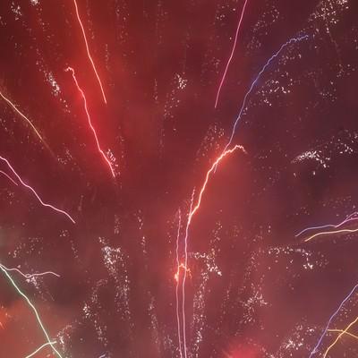 多種多様な光と色ではじける花火の写真