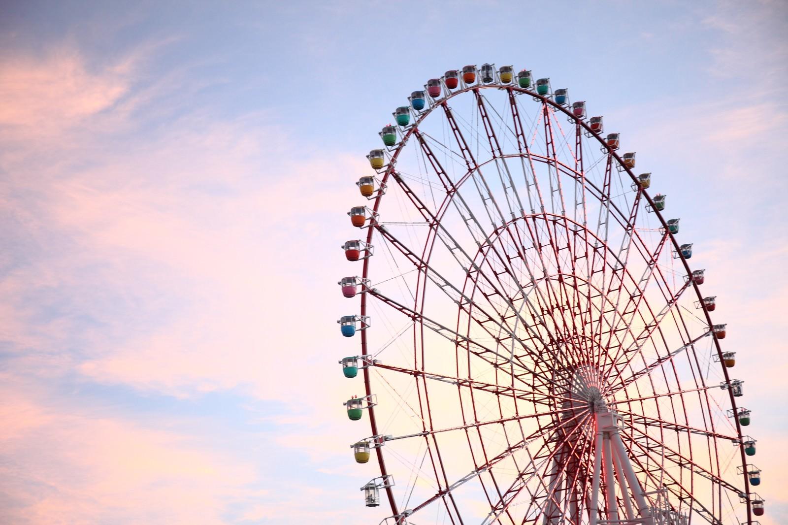 「夕焼けがロマンチックな観覧車」の写真