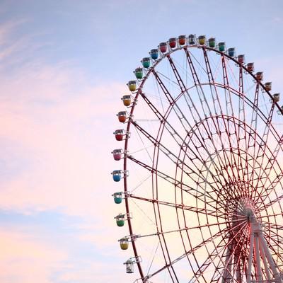 「夕焼けがロマンチックな観覧車」の写真素材