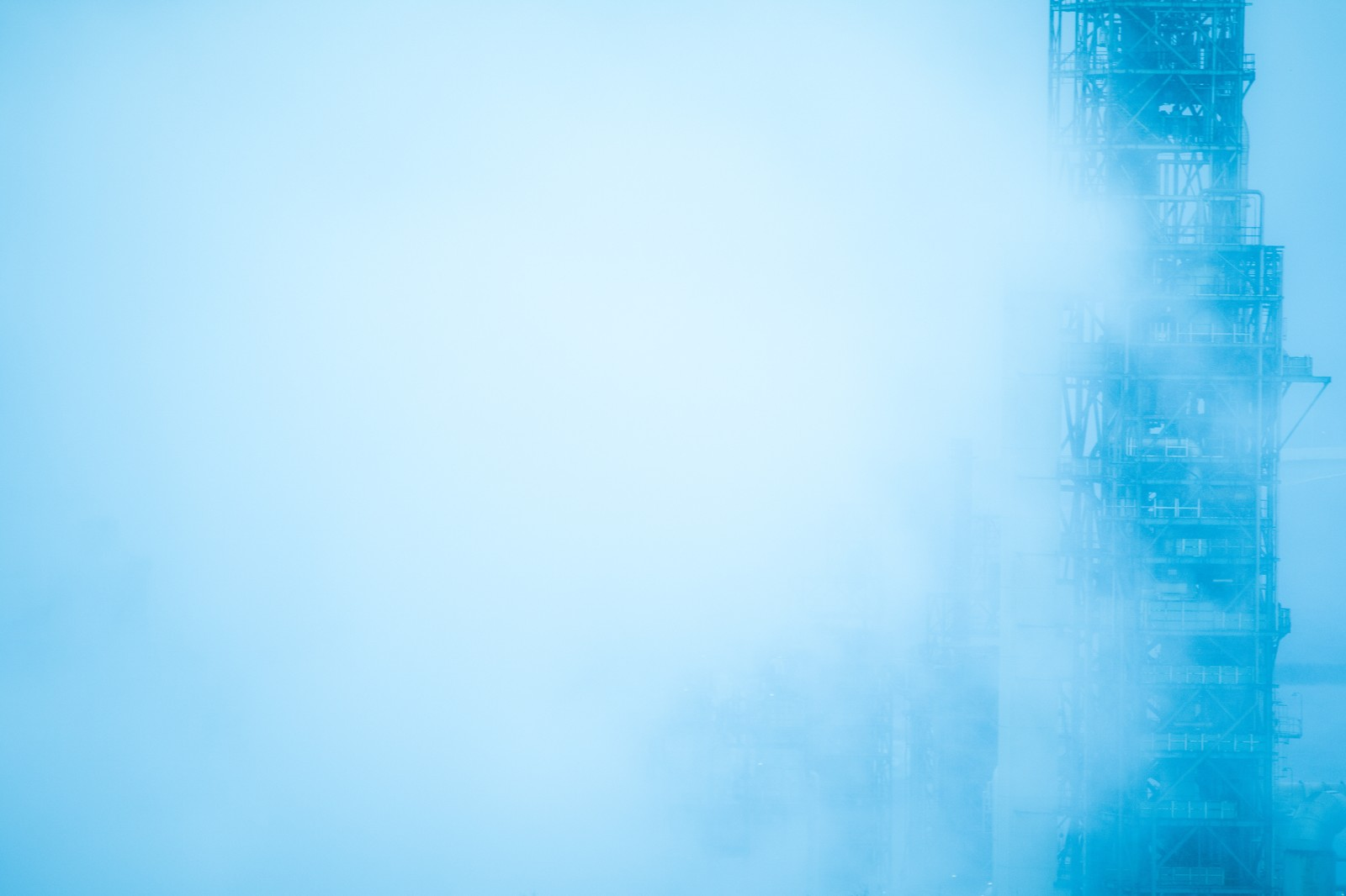 「濃霧で隠れる工場施設濃霧で隠れる工場施設」のフリー写真素材を拡大