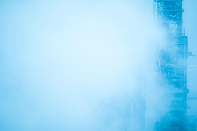 濃霧で隠れる工場施設の写真