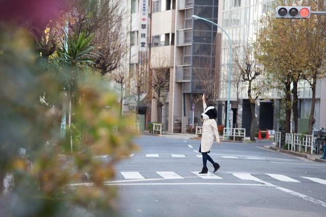 横断歩道は手を上げて渡りましょうの写真