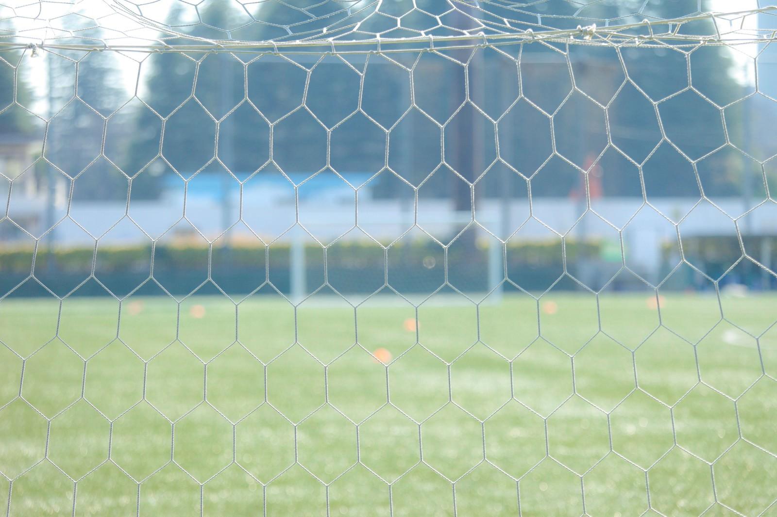 「サッカー試合前に静まり返るピッチサイド・ゴールネット」の写真