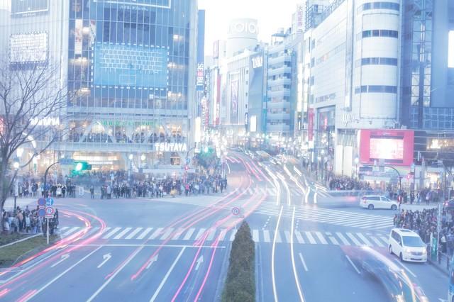 レトロな雰囲気が残る未来っぽい渋谷スクランブル交差点の写真