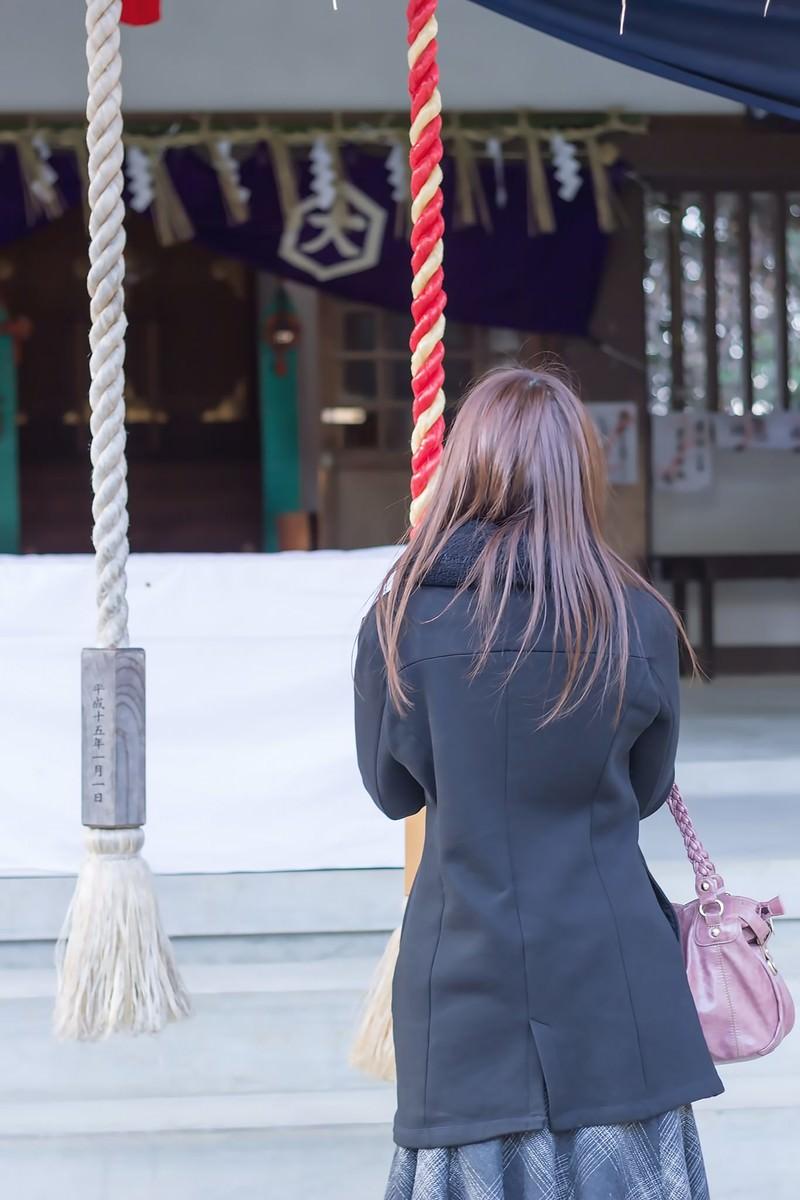 「神社で参拝する女性」の写真
