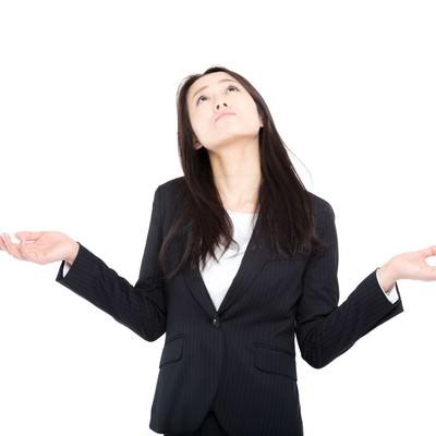 会社にうんざりする女性管理職の写真