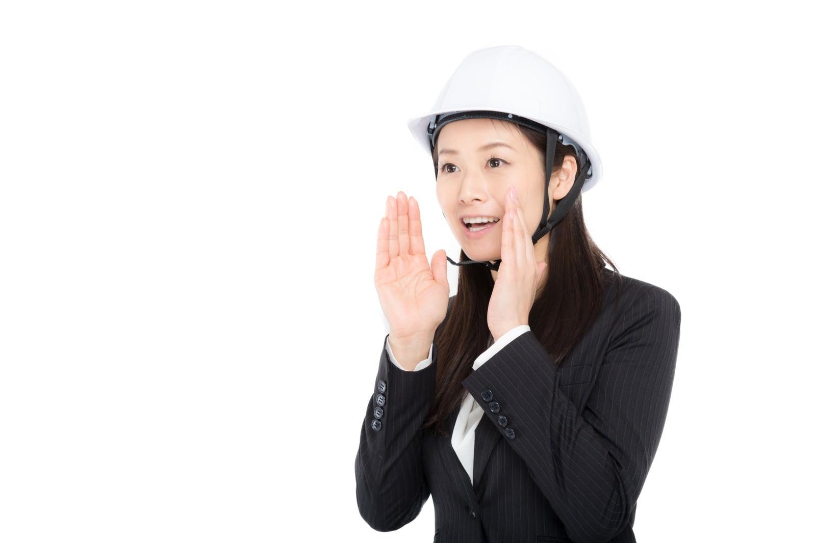 「ヘルメットをかぶり声を出す女性」の写真[モデル:土本寛子]