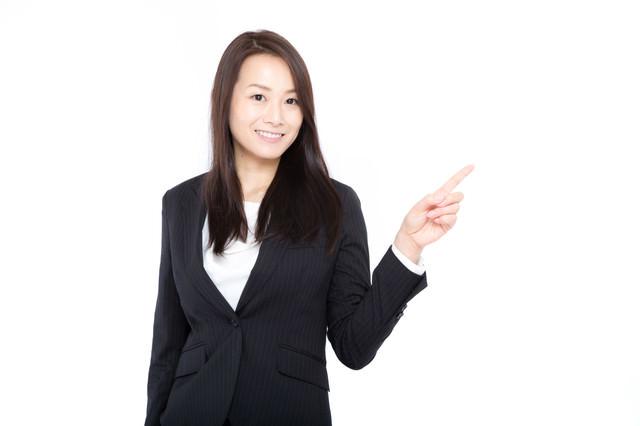 指をさすビジネスウーマンの写真
