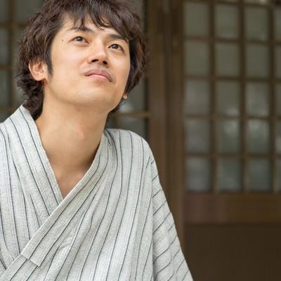 浴衣を着た縁側の男性の写真