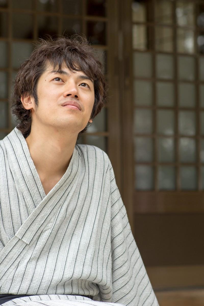 「浴衣を着た縁側の男性」の写真[モデル:Tsuyoshi.]